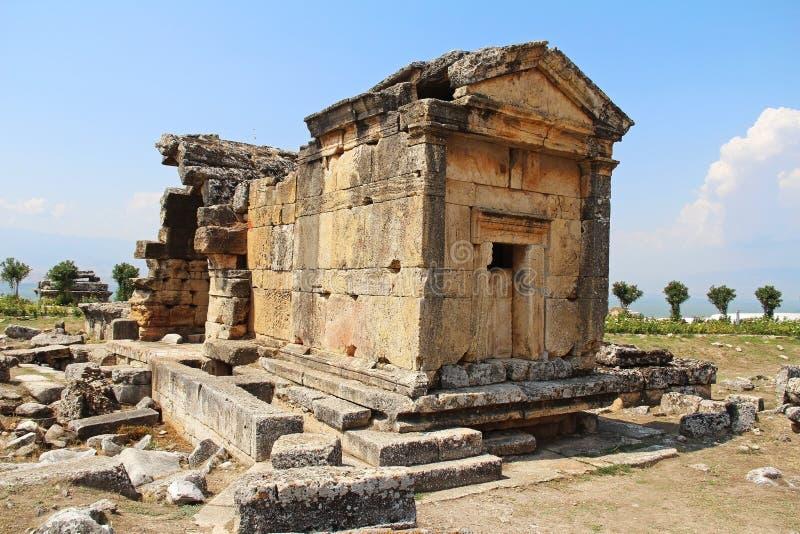 Οι καταστροφές της αρχαίας πόλης Hierapolis δίπλα στις λίμνες τραβερτινών Pamukkale, Τουρκία τάφος στοκ εικόνες