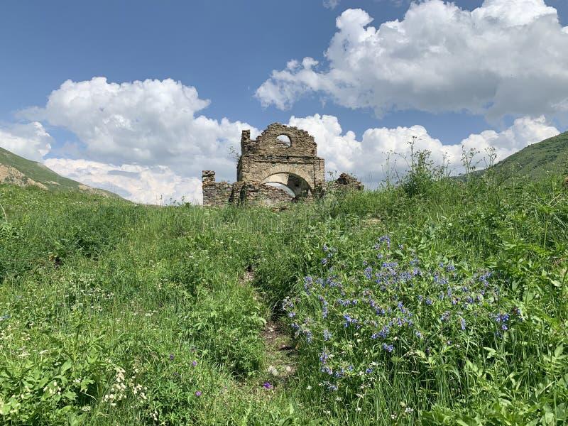 Οι καταστροφές της παλαιάς εκκλησίας της υπόθεσης στο αρχαίο χωριό Lisri στο φαράγγι Mamison το καλοκαίρι Ρωσία, ο Βορράς OS στοκ εικόνα με δικαίωμα ελεύθερης χρήσης