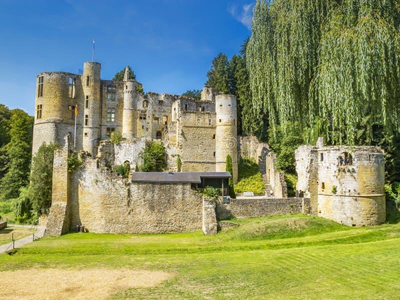 Οι καταστροφές Beaufort Castle, Λουξεμβούργο όπως βλέπει από το κύριο δρόμο στοκ εικόνες