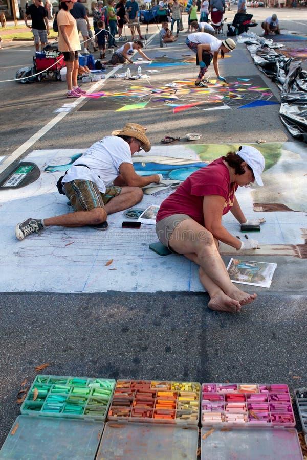Οι καλλιτέχνες κιμωλίας σκιαγραφούν τις επιμελημένες σκηνές αποκριών στην οδό στοκ εικόνες με δικαίωμα ελεύθερης χρήσης
