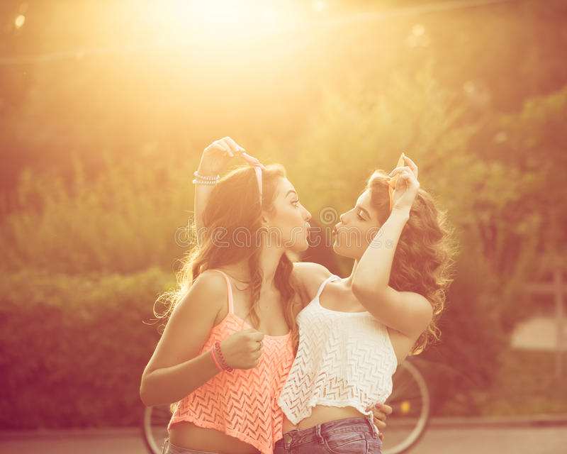 Οι καλύτερες φίλες αγκαλιάζουν Ηλιοβασίλεμα στοκ εικόνα με δικαίωμα ελεύθερης χρήσης