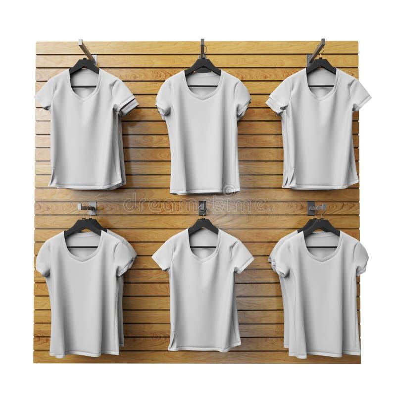 Οι κενές άσπρες μπλούζες που κρεμούν στο ξύλινο κατάστημα στέκονται, απομονωμένος στο άσπρο υπόβαθρο διανυσματική απεικόνιση