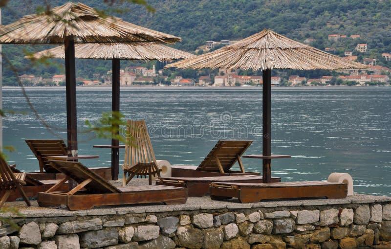 Οι κενοί αργόσχολοι ήλιων είναι στην αποβάθρα διακοπές στο Μαυροβούνιο στοκ εικόνες με δικαίωμα ελεύθερης χρήσης