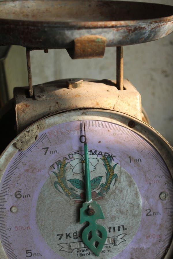 Οι κλίμακες ζυγίζουν τη μέτρηση της μονάδας μέτρησης κλ βελόνων στοκ φωτογραφίες με δικαίωμα ελεύθερης χρήσης