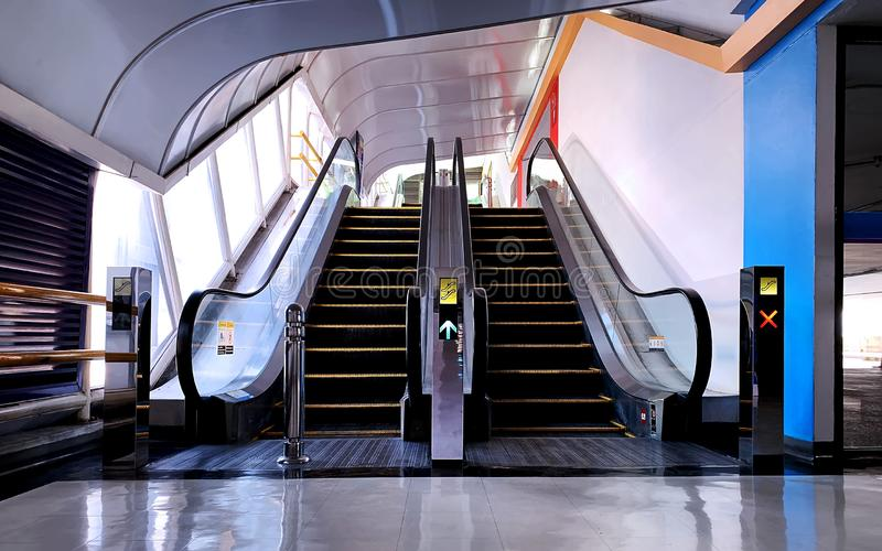 Οι κοντές κυλιόμενες σκάλες σε έναν χώρο στάθμευσης στοκ φωτογραφίες