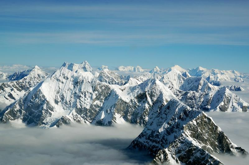 Οι κορυφές των βουνών Himalayan επάνω από τα σύννεφα, άποψη από το αεροπλάνο Νεπάλ στοκ εικόνα