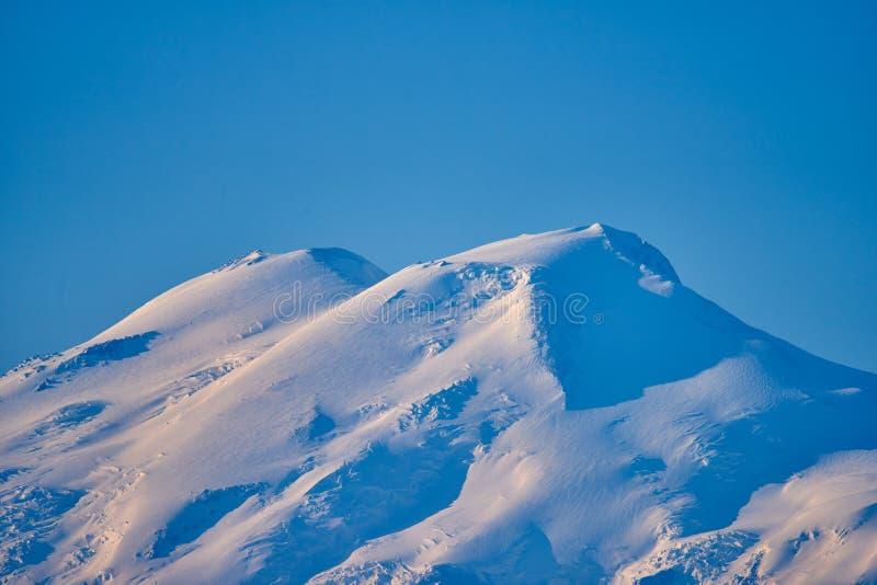 Οι κορυφές Elbrus στα sunries Βόρειος Καύκασος, Ρωσία στοκ φωτογραφία