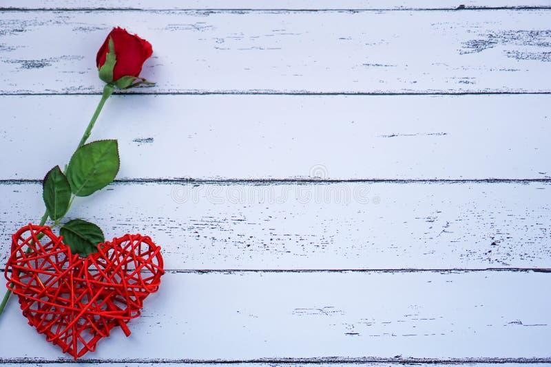 Οι κόκκινα καρδιές και τα λουλούδια σε ένα άσπρο ξύλινο πάτωμα με το διάστημα, ιδέες αγαπούν ή η ημέρα της ημέρας βαλεντίνων αγάπ στοκ εικόνα με δικαίωμα ελεύθερης χρήσης