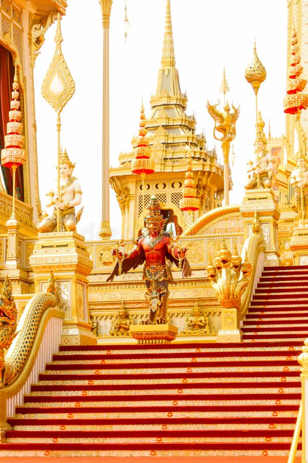 Οι κόκκινες και χρυσές συμπληρωματικές δομές γύρω από το βασιλικό κρεματόριο στην Ταϊλάνδη στις 4 Νοεμβρίου 2017 στοκ εικόνες