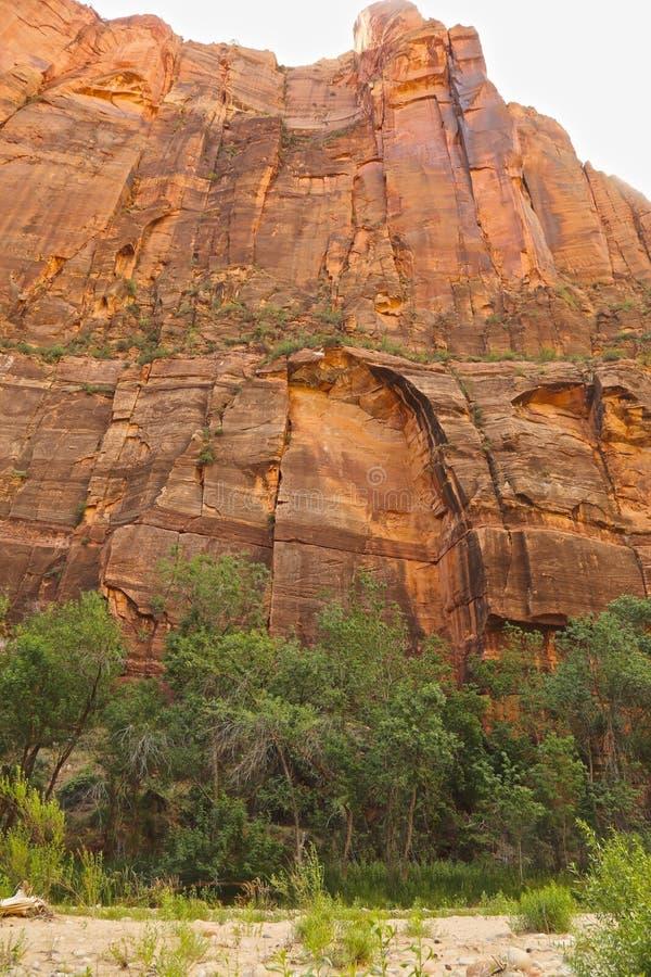 Οι κόκκινοι απότομοι βράχοι βράχου μεγεθύνουν εθνικό πάρκο στοκ φωτογραφία με δικαίωμα ελεύθερης χρήσης