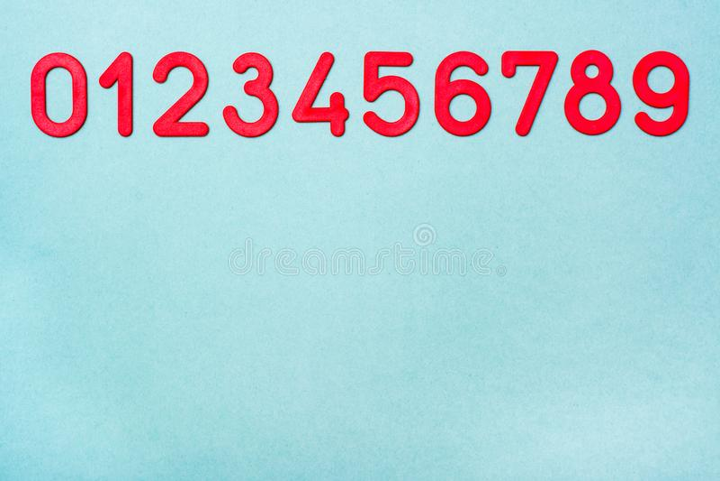 Οι κόκκινοι πλαστικοί αριθμοί από μηδέν έως εννέα βρίσκονται σε μια σειρά στοκ εικόνες