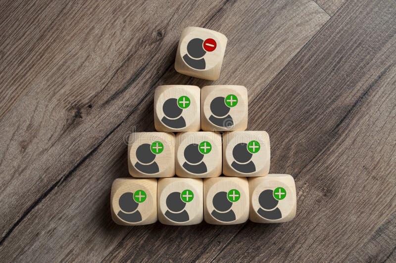 Οι κύβοι χωρίζουν σε τετράγωνα με την ακύρωση και την απόλυση ή τη λήξη στοκ φωτογραφίες