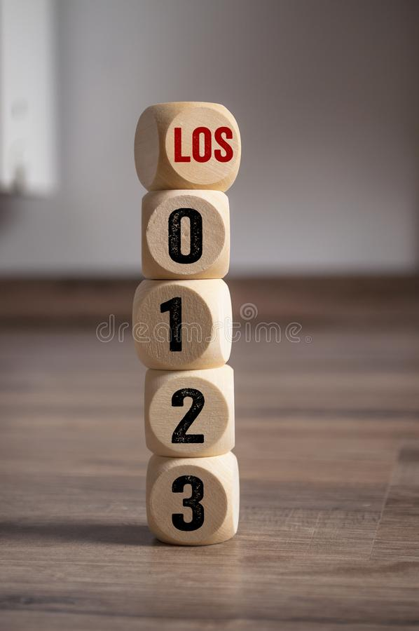 Οι κύβοι χωρίζουν σε τετράγωνα με τους αριθμούς αντίστροφης μέτρησης και η γερμανική λέξη για πηγαίνει - Los στοκ φωτογραφίες