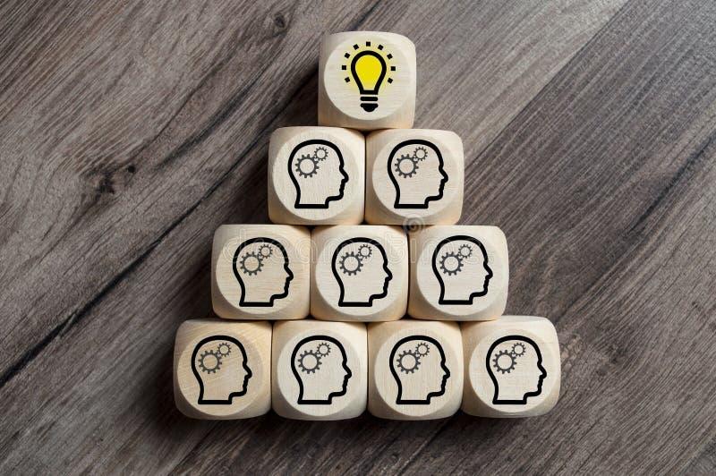 Οι κύβοι χωρίζουν σε τετράγωνα με το 'brainstorming' και την ομαδική εργασία λαμπών φωτός στοκ φωτογραφία με δικαίωμα ελεύθερης χρήσης