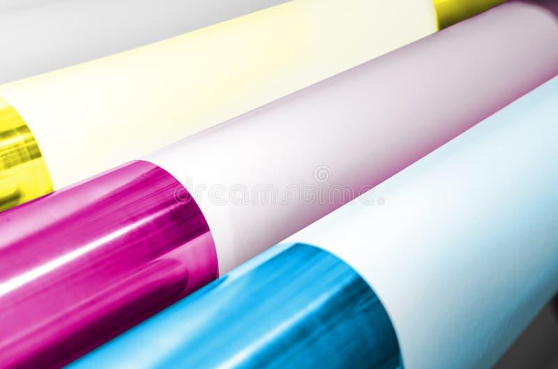 Οι κύλινδροι τυπωμένων υλών φυτεύουν σε όφσετ χρωματισμένος με τα χρώματα CMYK στοκ φωτογραφία με δικαίωμα ελεύθερης χρήσης