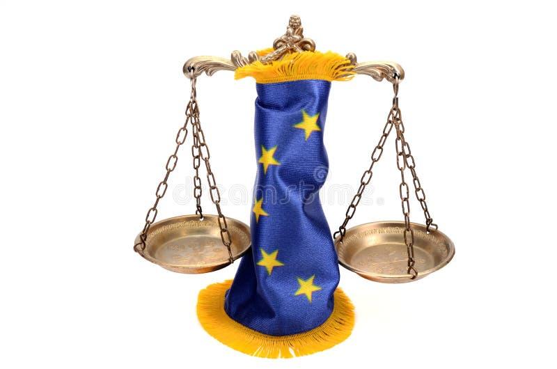 Κλίμακες της δικαιοσύνης και της σημαίας της Ευρωπαϊκής Ένωσης στοκ εικόνα