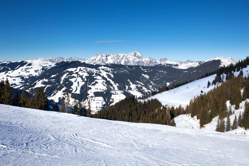 Οι κλίσεις σκι σε Schmitten, δίπλα σε Zell AM βλέπουν το θέρετρο στοκ φωτογραφία
