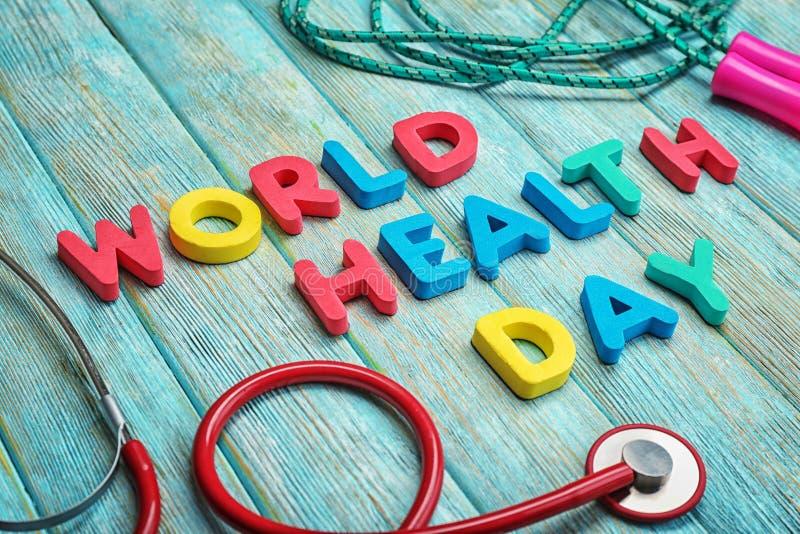 Οι λέξεις \ «παγκόσμια υγεία ημέρα \» έκαναν με τις επιστολές και το ιατρικό στηθοσκόπιο στο ξύλινο υπόβαθρο στοκ εικόνα