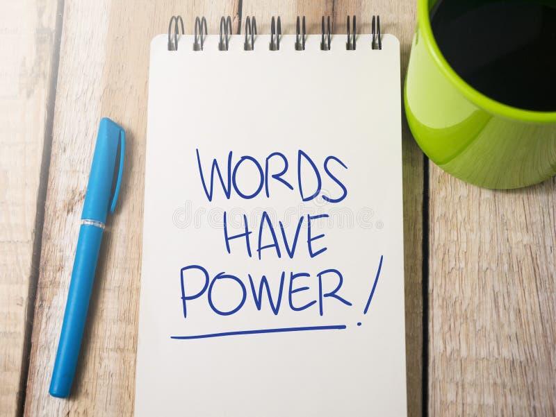 Οι λέξεις έχουν τη δύναμη, κινητήρια έννοια αποσπασμάτων λέξεων στοκ εικόνες