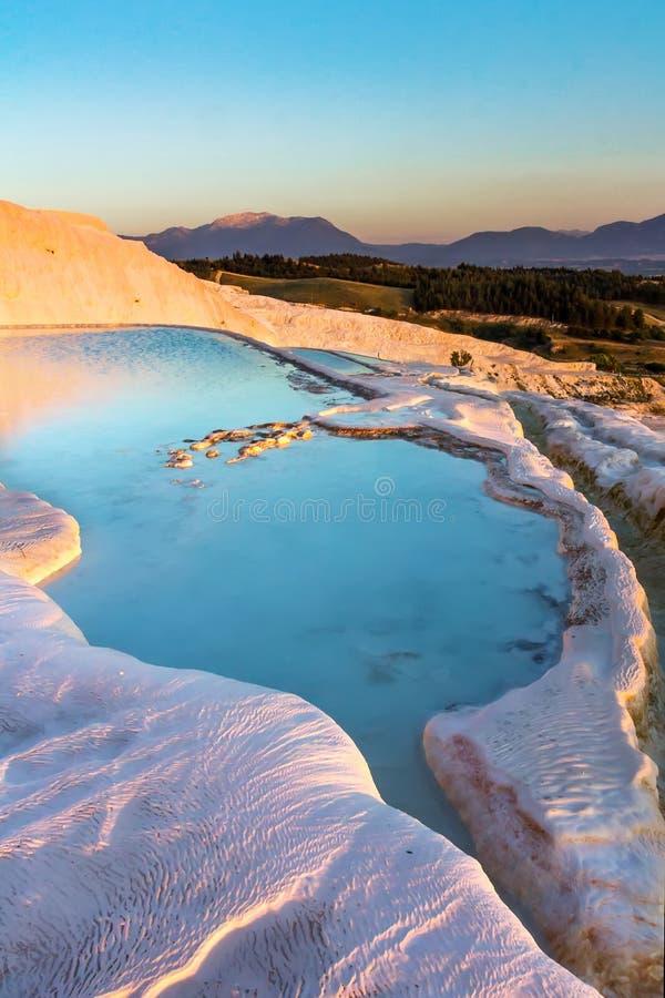 Οι λίμνες Pamukkale στην Τουρκία στο ηλιοβασίλεμα, περιέχουν τα καυτούς ελατήρια και τους τραβερτίνες, πεζούλια των μεταλλευμάτων στοκ φωτογραφίες με δικαίωμα ελεύθερης χρήσης
