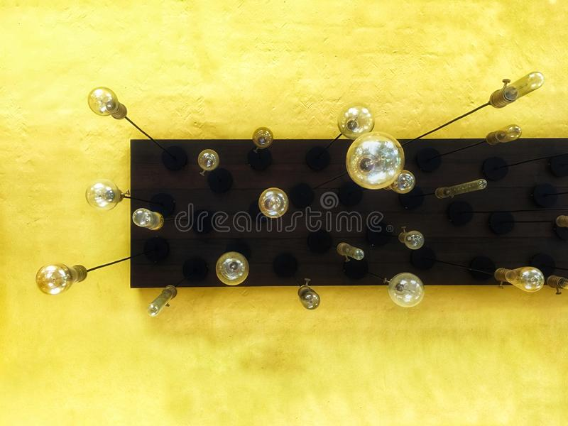 Οι λαμπτήρες φωτισμού κρεμούν στο ανώτατο όριο στη σοφίτα στοκ φωτογραφία με δικαίωμα ελεύθερης χρήσης