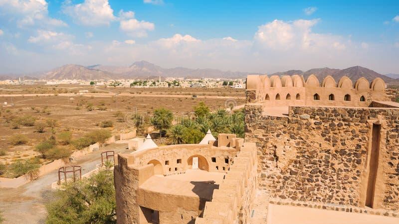 Οι λεπτομέρειες του κάστρου Jabrin και στο υπόβαθρο Bahla και Jebel υποκρίνονται τα βουνά στοκ φωτογραφίες με δικαίωμα ελεύθερης χρήσης