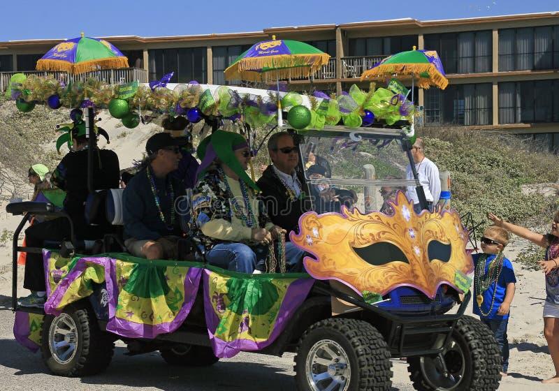 Οι μάσκες, πράσινος, χρυσός και η πορφύρα διακοσμούν ένα κάρρο γκολφ στην ξυπόλυτη παρέλαση της Mardi Gras στοκ εικόνα με δικαίωμα ελεύθερης χρήσης