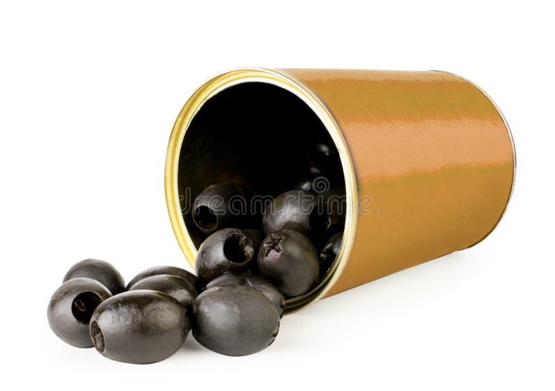 Οι μαύρες κοιλαμένες ελιές έπεσαν από μια κινηματογράφηση σε πρώτο πλάνο βάζων σιδήρου σε ένα λευκό απομονωμένος στοκ εικόνες