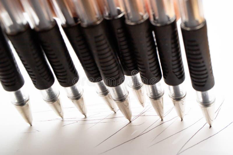 Οι μαύρες μάνδρες ballpoint γράφουν στη Λευκή Βίβλο στοκ φωτογραφία με δικαίωμα ελεύθερης χρήσης