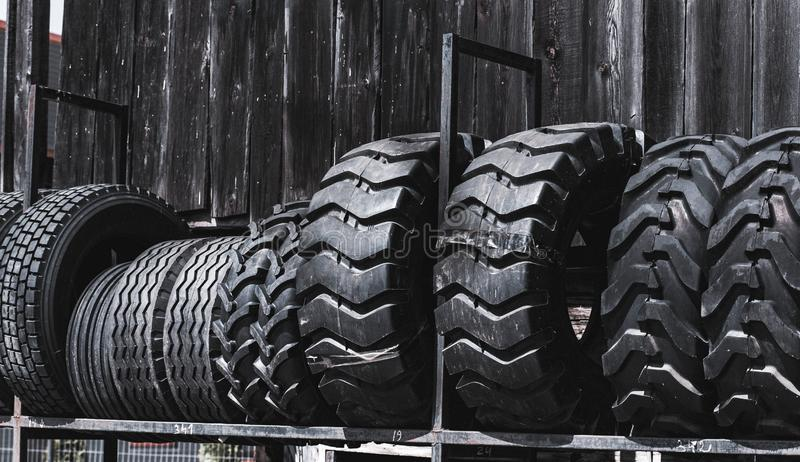 Οι μεγάλες μαύρες τεράστιες μεγάλες ρόδες φορτωτών φορτηγών, τρακτέρ ή εκσακαφέων κυλούν την κινηματογράφηση σε πρώτο πλάνο στη σ στοκ φωτογραφία με δικαίωμα ελεύθερης χρήσης