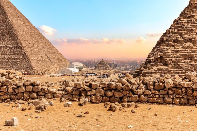 Οι μεγάλες πυραμίδες Giza, άποψη στις βάσεις στοκ εικόνα με δικαίωμα ελεύθερης χρήσης