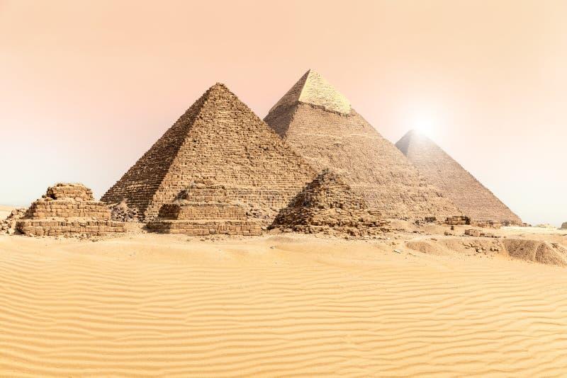 Οι μεγάλες πυραμίδες Giza στις άμμους ερήμων, Αίγυπτος στοκ φωτογραφία