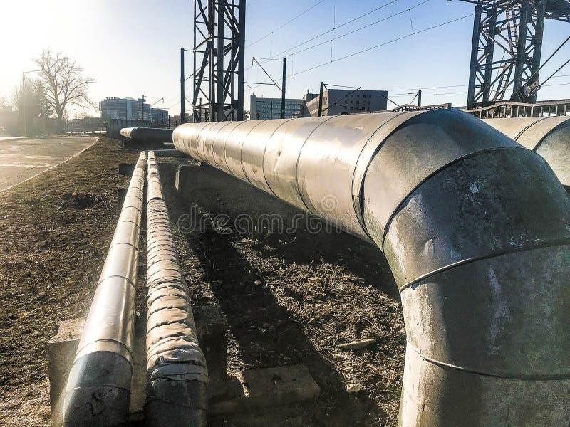 Οι μεγάλοι παχιοί σωλήνες μετάλλων για την άντληση των υγρών, νερό, ατμός, πετρέλαιο, υγροποιημένο αέριο στη θερμική μόνωση έκανα στοκ εικόνες
