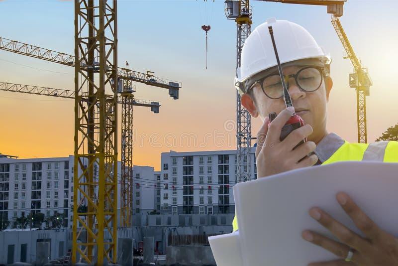 Οι μηχανικοί είναι στον έλεγχο που χρησιμοποιεί τα εργαλεία ραδιοεπικοινωνίας και το SE στοκ εικόνες με δικαίωμα ελεύθερης χρήσης