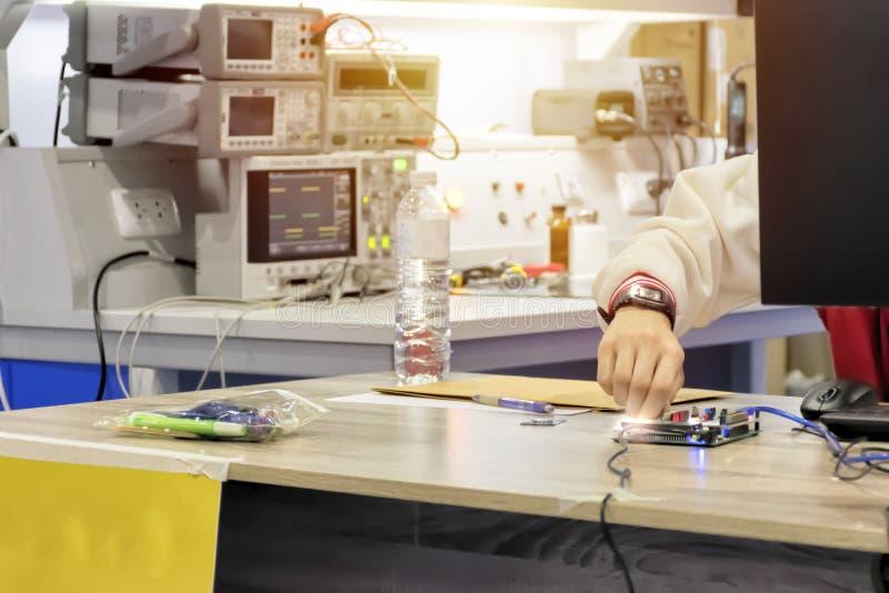 Οι μηχανικοί καινοτομούν στην καινοτομία στοκ φωτογραφίες