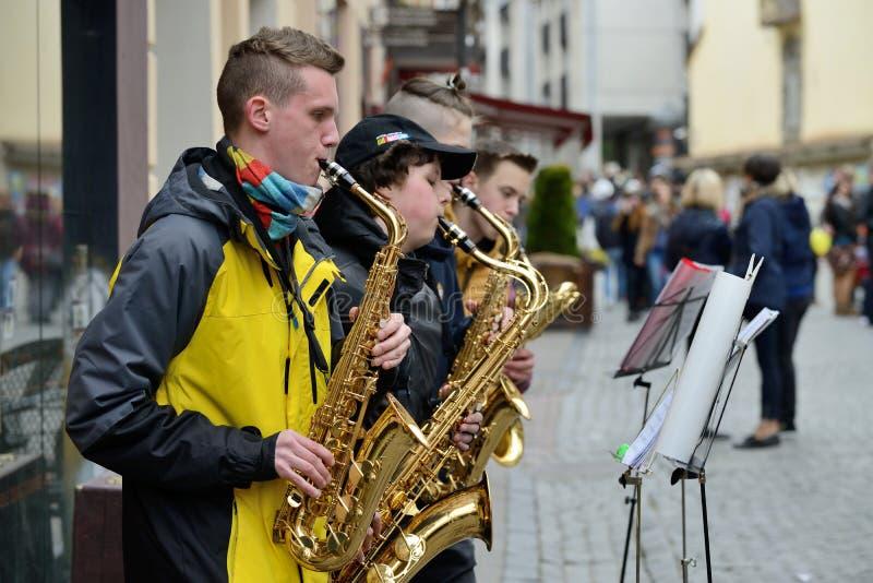 Οι μη αναγνωρισμένοι μουσικοί παίζουν Saxophone στοκ φωτογραφίες με δικαίωμα ελεύθερης χρήσης