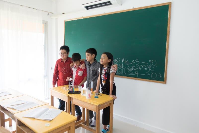Οι μικροί σπουδαστές μελετούν την επιστήμη στην τάξη στοκ φωτογραφίες με δικαίωμα ελεύθερης χρήσης