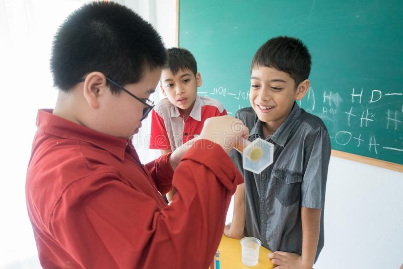 Οι μικροί σπουδαστές μελετούν την επιστήμη στην τάξη στοκ φωτογραφία με δικαίωμα ελεύθερης χρήσης
