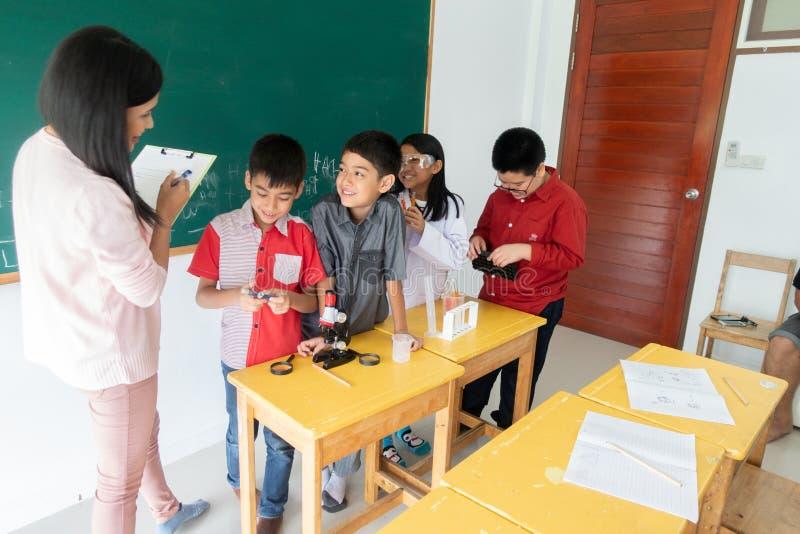 Οι μικροί σπουδαστές μελετούν την επιστήμη στην τάξη στοκ εικόνες με δικαίωμα ελεύθερης χρήσης