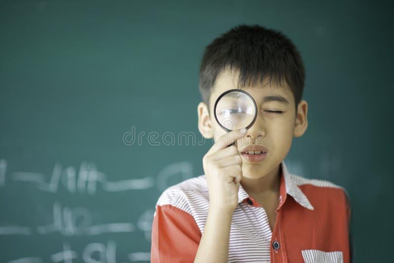 Οι μικροί σπουδαστές παίρνουν μια επιστήμη μελέτης ¿ ενίσχυσης glassï» στην τάξη στοκ φωτογραφία με δικαίωμα ελεύθερης χρήσης