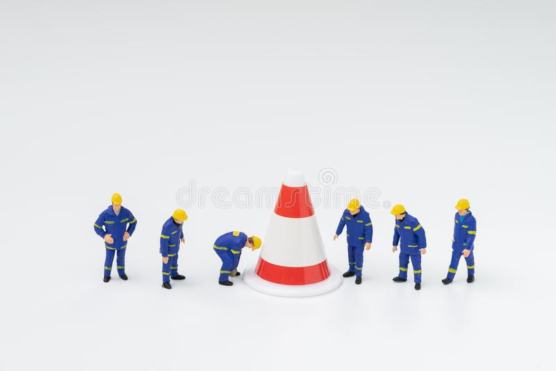 Οι μικροσκοπικοί άνθρωποι λογαριάζουν τους εργαζομένους με την ομοιόμορφη εργασία με το μεγάλο πυλώνα στο άσπρο υπόβαθρο χρησιμοπ στοκ εικόνες με δικαίωμα ελεύθερης χρήσης