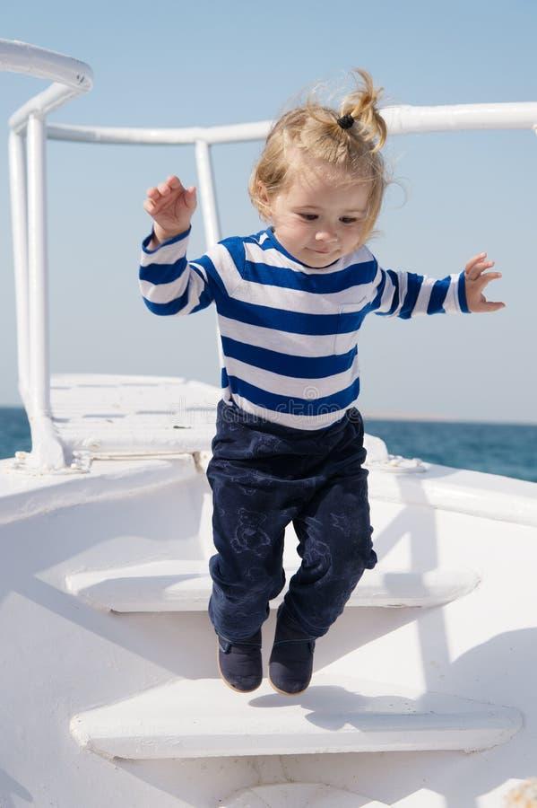 Οι μνήμες έκαναν μαζί την τελευταία διάρκεια ζωής Το αγοράκι απολαμβάνει το κρουαζιερόπλοιο θάλασσας διακοπών Ναυτικός παιδιών Δι στοκ εικόνα με δικαίωμα ελεύθερης χρήσης