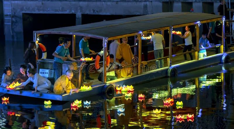 Οι μοναχοί ρίχνουν τα φανάρια στον ποταμό στοκ εικόνες