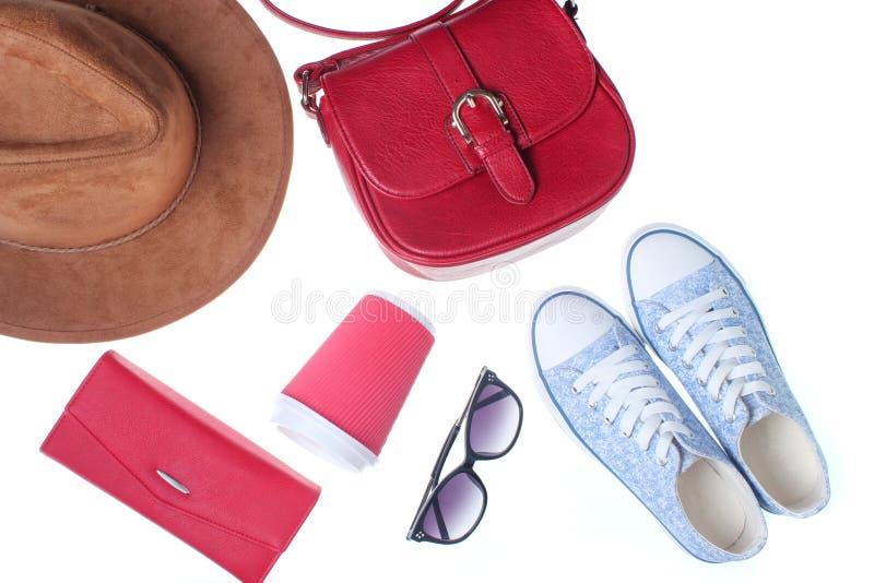 Οι μοντέρνες γυναίκες τοποθετούν σε σάκκο, πορτοφόλι, πάνινα παπούτσια στοκ εικόνα