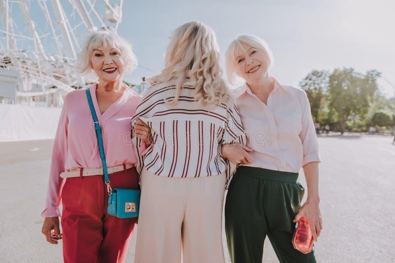 Οι μοντέρνες πιό γηραιές κυρίες περπατούν στο πάρκο στοκ εικόνα
