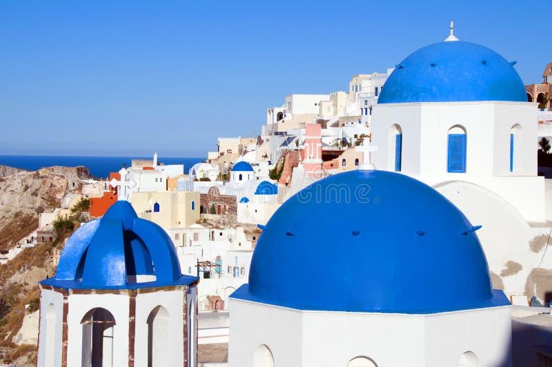 οι μπλε εκκλησίες καλύπτουν oia το santorini δια θόλου στοκ εικόνα με δικαίωμα ελεύθερης χρήσης