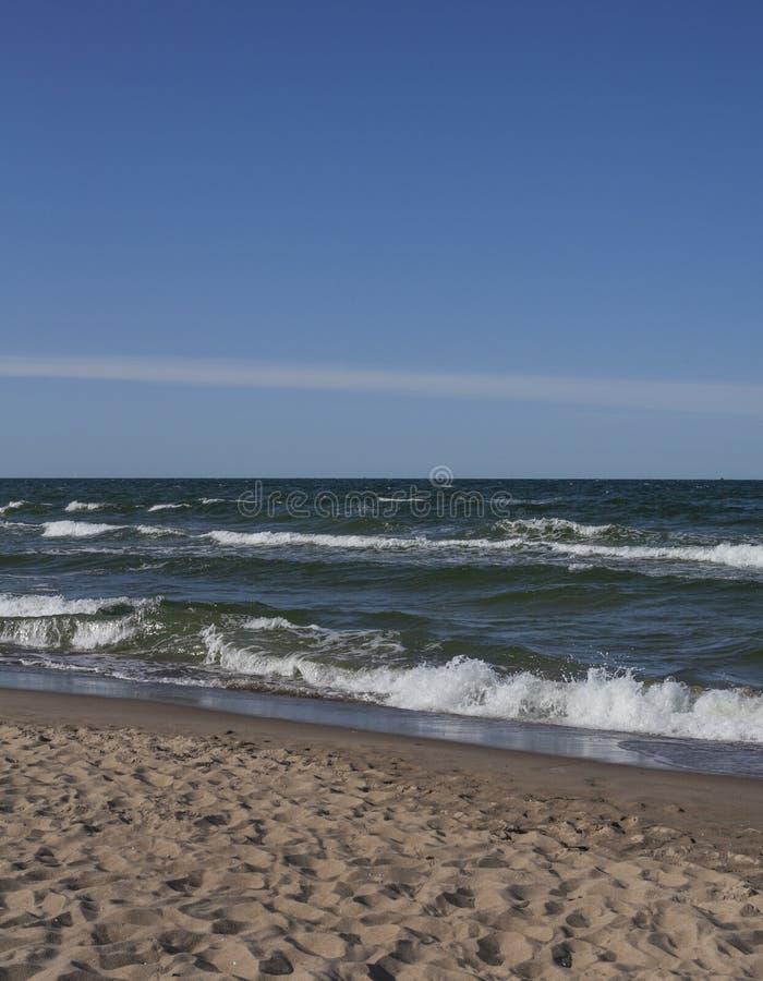 Οι μπλε ουρανοί και τα σκοτεινά κύματα στοκ φωτογραφίες με δικαίωμα ελεύθερης χρήσης