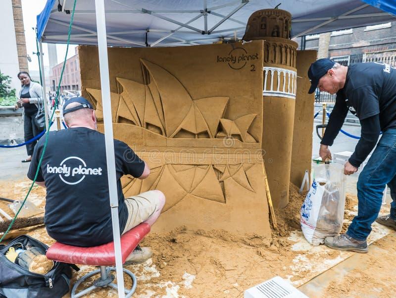 Οι μόνοι καλλιτέχνες πλανητών δημιουργούν το γλυπτό άμμου στην πόλη του Λονδίνου στοκ φωτογραφία με δικαίωμα ελεύθερης χρήσης