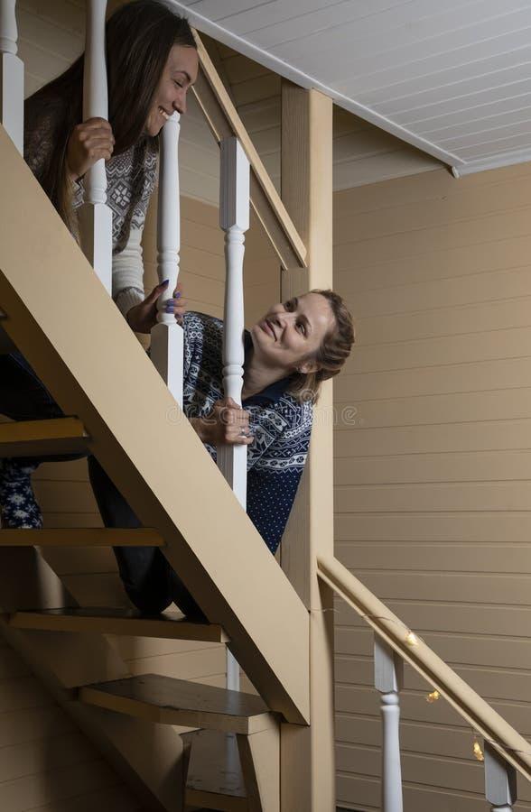 Οι νέες γυναίκες διακοσμούν τα σκαλοπάτια και το γέλιο στοκ εικόνες με δικαίωμα ελεύθερης χρήσης