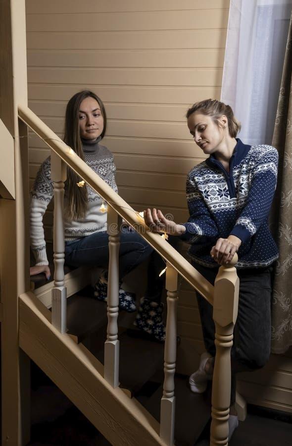 Οι νέες γυναίκες διακοσμούν τα σκαλοπάτια και το γέλιο στοκ εικόνα